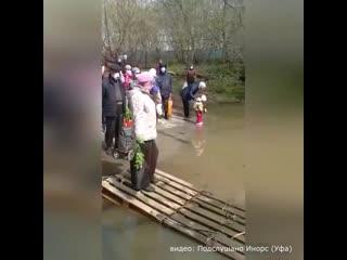 Жители в Уфе стоят в очереди на лодку чтобы переправиться домой и самоизолироваться