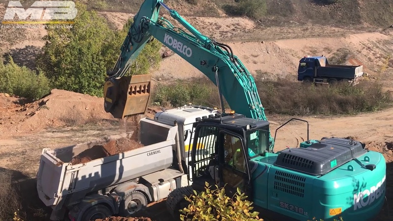 Crushing stones in a quarry with the crusher bucket BF80.3
