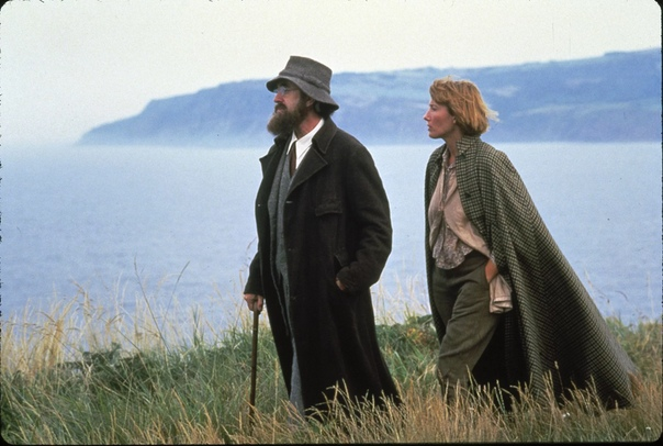Кэррингтон (1995) Великобритания, Франция Художественный фильм, снятый британским режиссёром Кристофером Хэмптоном по книге Майкла Холройда «Литтон Стрейчи» в 1995 году.Картина состоит из шести