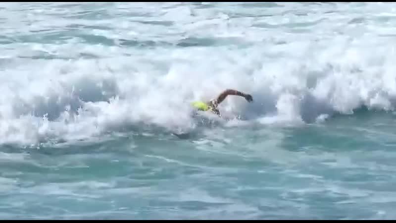 Nadar en la cresta de la ola