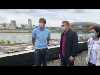 Алексей Текслер разговаривает с подрядчиком