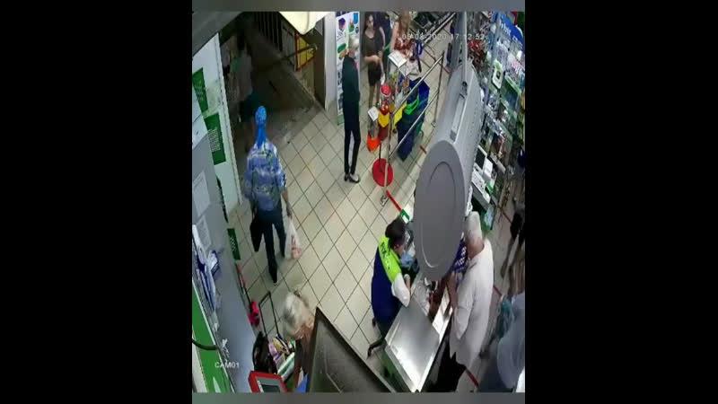 В Сочи покупатель бросил в лицо кассиру продукты за отказ обслуживать без маски