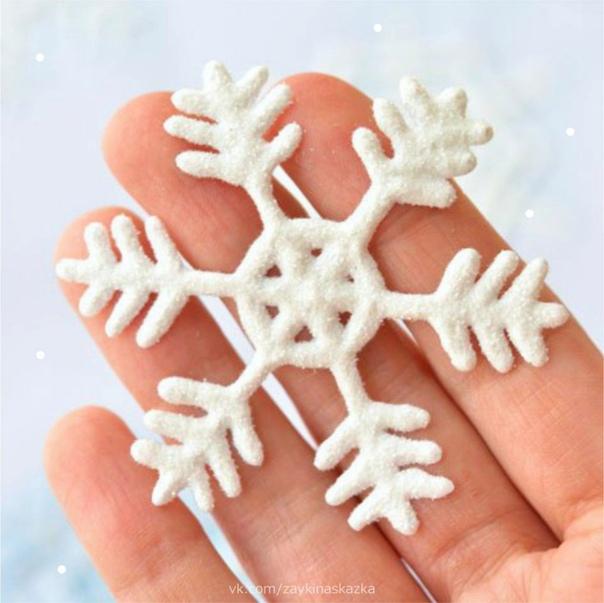 ЧУДЕСНЫЕ СНЕЖИНКИ ИЗ КЛЕЯ ПВА С помощью клея ПВА можно создавать прекрасные снежинки. Огромный плюс к процессу можно привлечь детей, так как ПВА нетоксичен, отклеивается легко, и если нанести не
