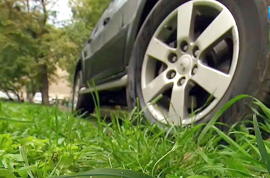 В Курске за парковку на газонах оштрафовали 11 автовладельцев