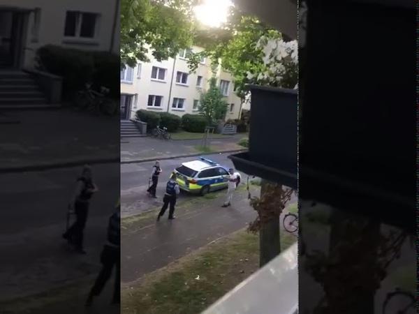 Polizei schlägt auf Harmlosen Mann ein