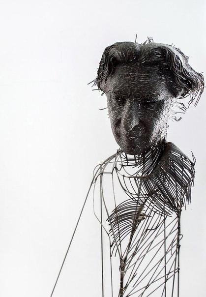 Скульптор из Румынии Дариус Хулеа использует для своих работ все виды металла  нержавеющую сталь, железо, медь, латунную проволоку