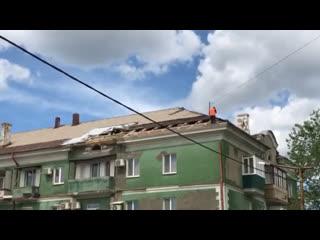 Бессмертный рабочий. В Орске рабочие ремонтируют крышу многоэтажного здания без страховки