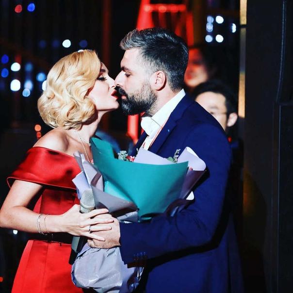 СМИ пишут, что Полина Гагарина подала на развод с мужем.