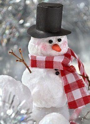СНЕГОВИК ИЗ ВАТЫ Снеговик из ваты делается несложно, а для его выполнения подготовим следующие материалы:- вата,- мыло,- клей ПВА,- кисточка для рисования,- оранжевая краска,- черные бусинки,-
