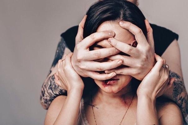 Феминистка загримировалась и приняла участие в фотопроекте, чтобы показать, как выглядят пары, где «одержимый» любовью и ревностью мужчина превращается в зверя Подборка называется: «Тебя никто