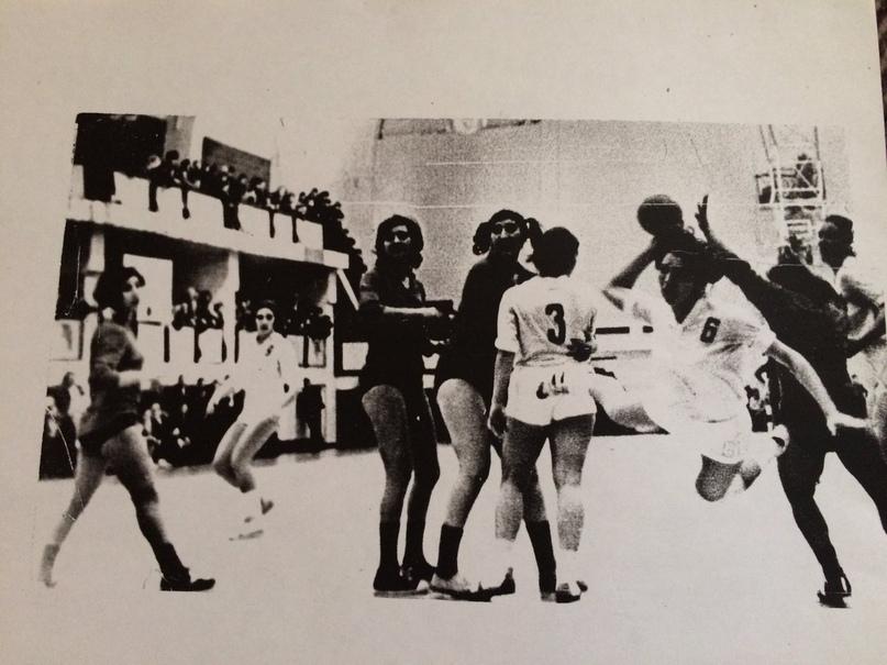 В атаке Елена Дорофеева. 1976 г. Первенство СССР. Каунас.