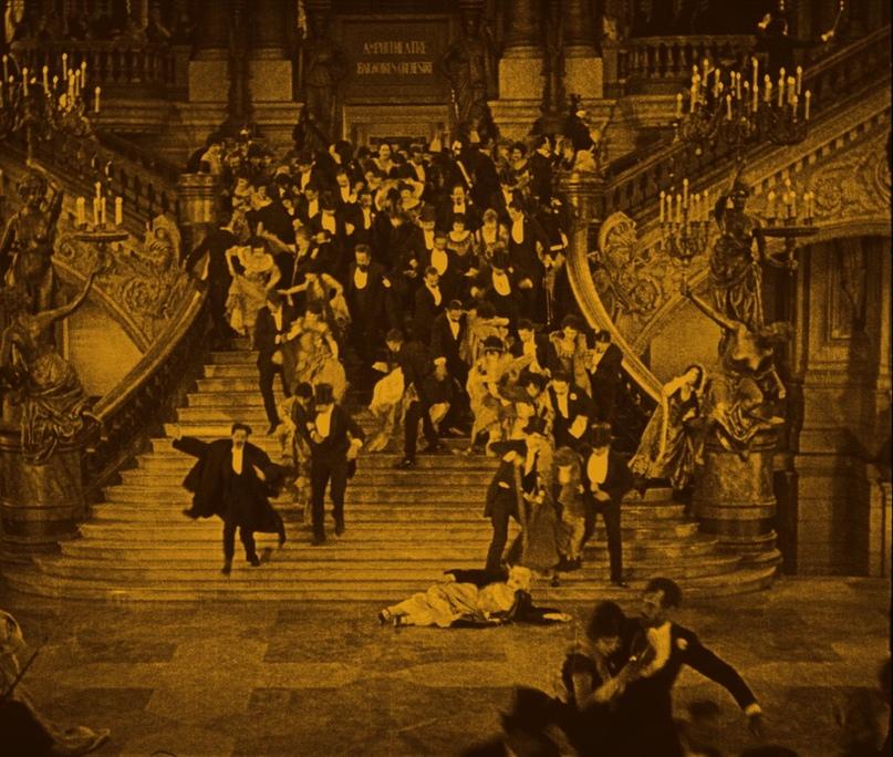 Один из задокументированных моментов паники, возникшей после несчастного случая в Опера Гарнье