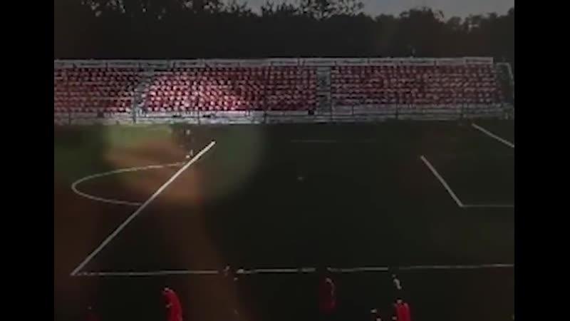 Невероятное видео на котором в 16 летнего вратаря клуба Знамя Труда ударила молния Парень выжил но серьезно пострадал и с