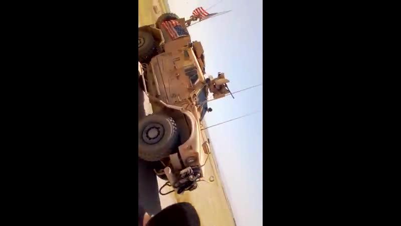 Сирийцы бросают камни в конвой США