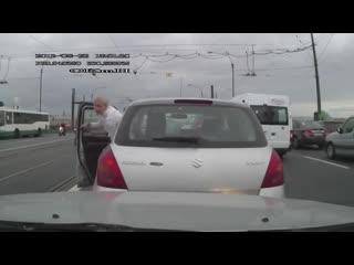 На светофоре сдает задним ходом, ДТП. Video