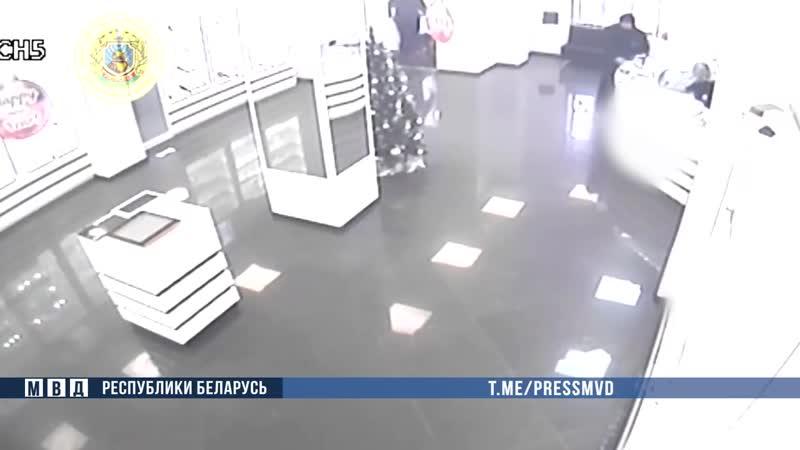 Охрана задержала мужчину, который пытался ограбить ювелирный магазин