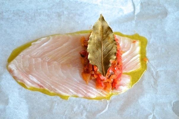 Средиземноморские рыбные конвертики Когда вы откроете горячие конверты, по вашей кухне распространится богатый аромат орегано, перца и чеснока. А рыба получится сочная и с насыщенным вкусом.