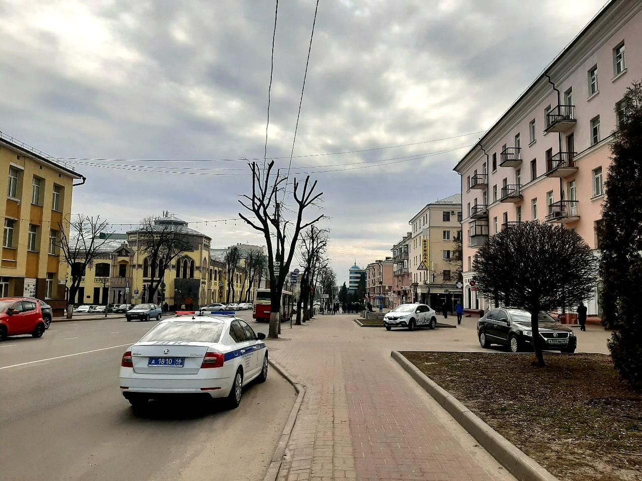 За парковку на тротуаре в центре Курска сегодня наказали двух таксистов