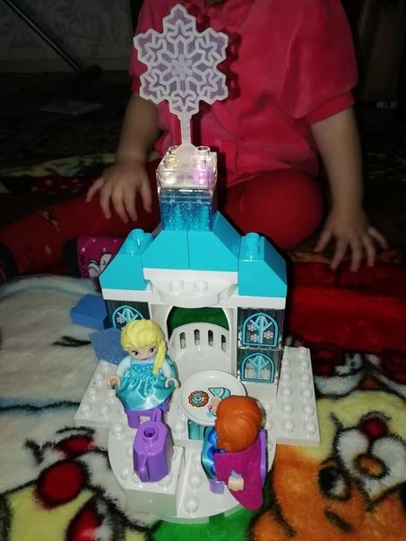 Всех с новым годом Ваши дочки любят ЭльзуДевочки точно оценят такой шикарный замок с принцессами из конструктора Лего