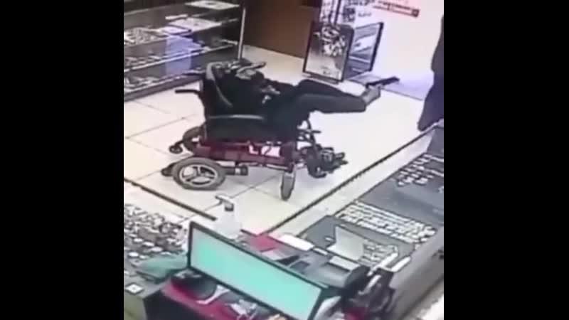 грабит ювелирный магазин