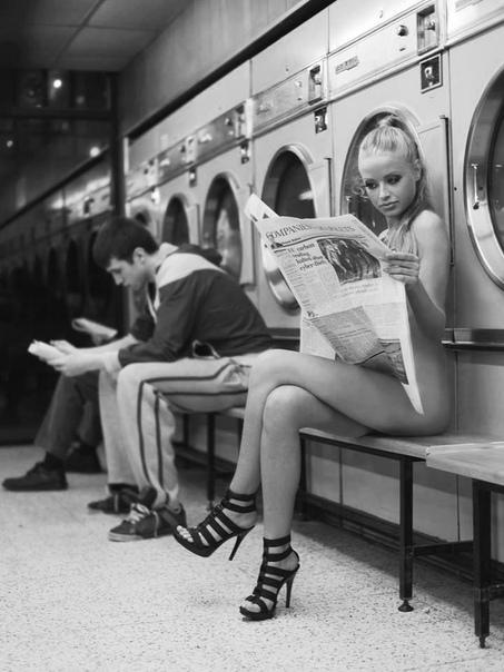 Однажды господин К обнаружил в стиральной машинке чей-то возмутительно-розовый носочек с рюшечками и бантиками самого фривольного свойства. Господин К. повесил на верёвку свои строгие чёрные