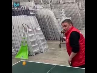 Вот такой вот пинг-понг. Парни со склада магазина развлекаются во время перерыва на обед