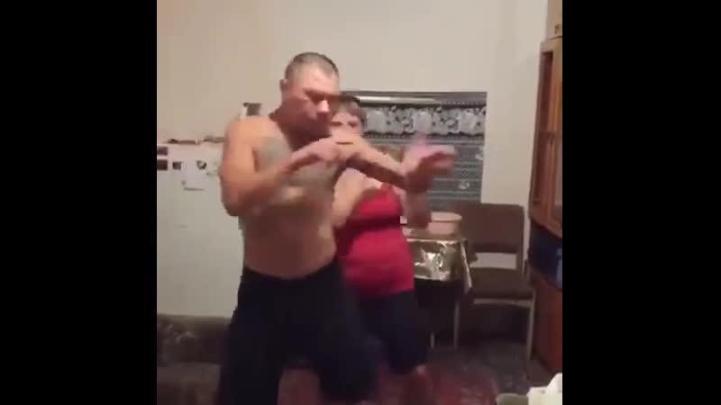 Монгол отрывается у себя дома (хорошее настроение, забавное домашнее видео, муж и жена семья, хит, виски кола королева танцпола)
