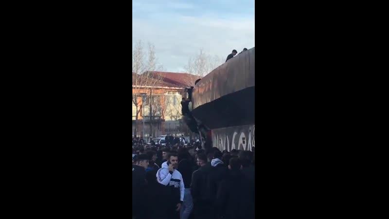 Фанаты забираются по стене на стадион