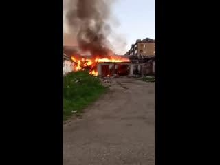 В Емве полыхает здание бывшего УПК, которое уже несколько раз горело.