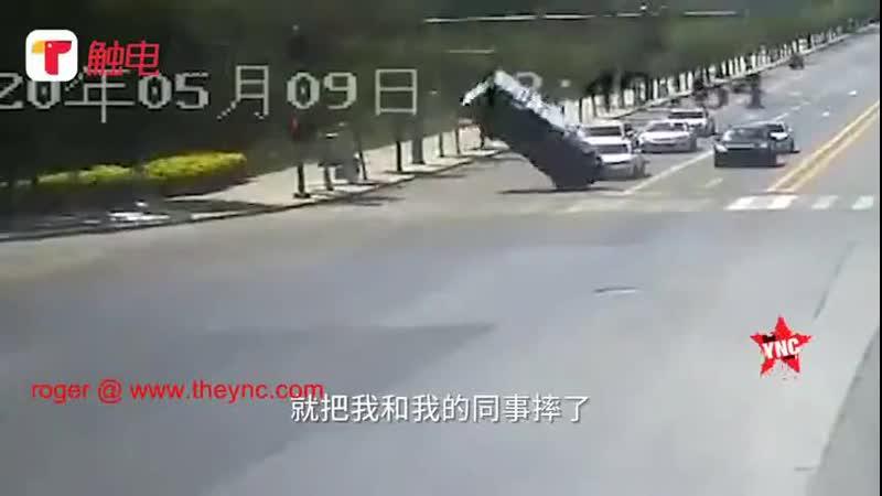 Порыв ветра перевернул небольшой грузовичок, заставив его еще и провернуться вокруг своей оси