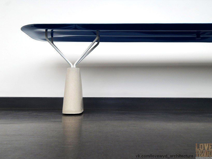 connor holland имитирует надувной пластик в металлической лавке.