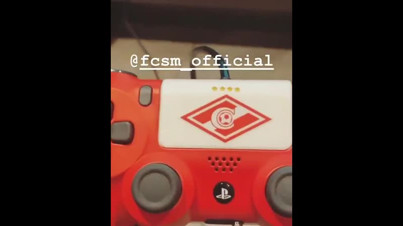 Квинси Промес показал, как играет в FIFA. У него джойстик с эмблемой Спартака 🎮🔴⚪