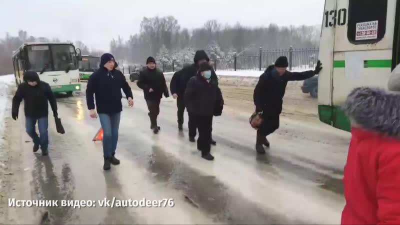 Последствия гололёда Рыбинцы толкают автобус