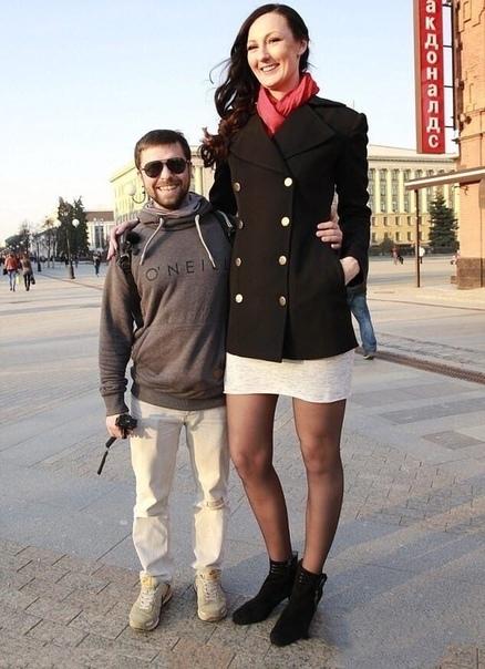 На фотографиях изображена Екатерина Лисина - профессиональная баскетболистка со своим мужем Пара снимает забавные видео на тему разницы в