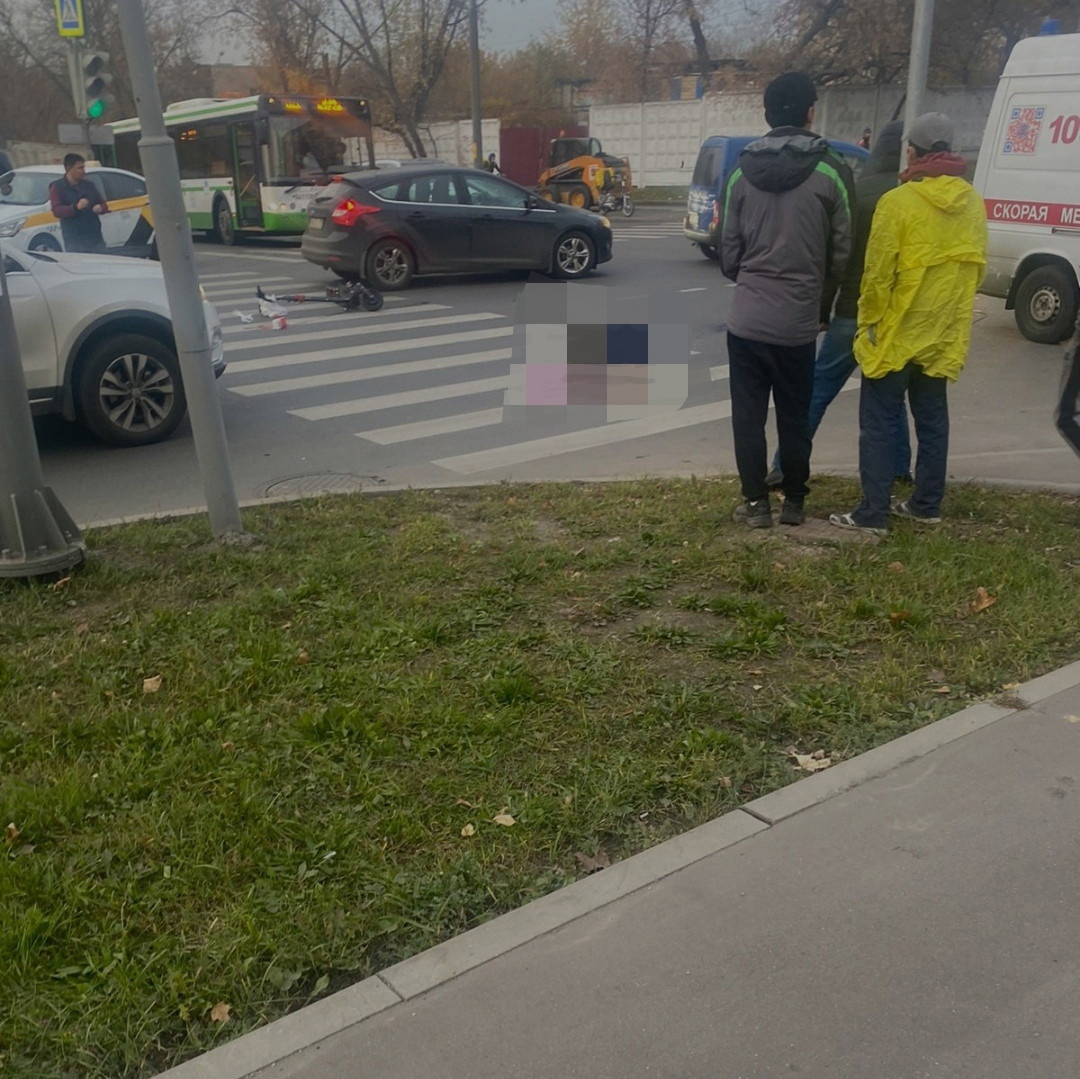На востоке столицы мужчина, который передвигался по проезжей части на электросамокате, получил травмы, несовместимые с жизнью.