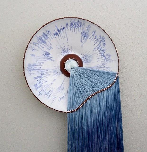 Художник Николь Маклафлин соединяет в своих работах керамику и нитки, создавая уникальные арт-объекты, в которых ее родная мексиканская культура соединяется с современным дизайном.