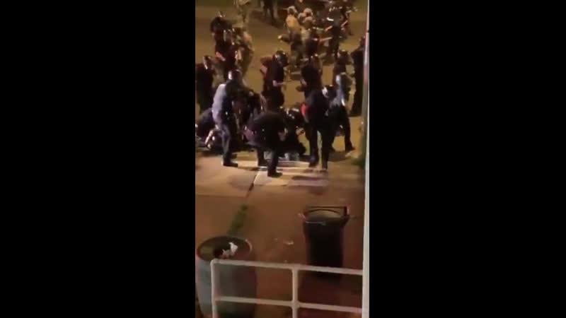 Внедорожник протаранил офицеров Буффало штат Нью Йорк AD