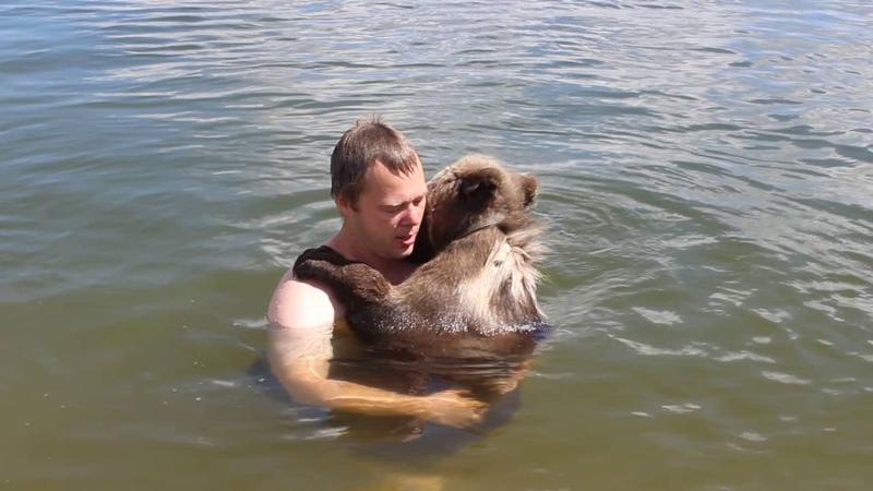 Первое купание с медвежонком Мансуром