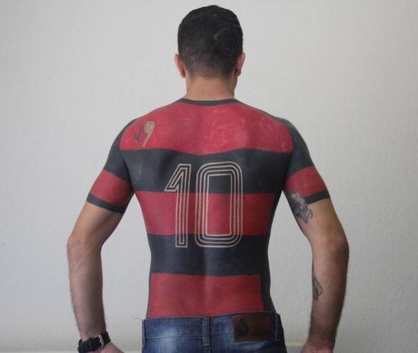 Бразильский болельщик сделал татуировку спортивной формы своей любимой команды Фламенко